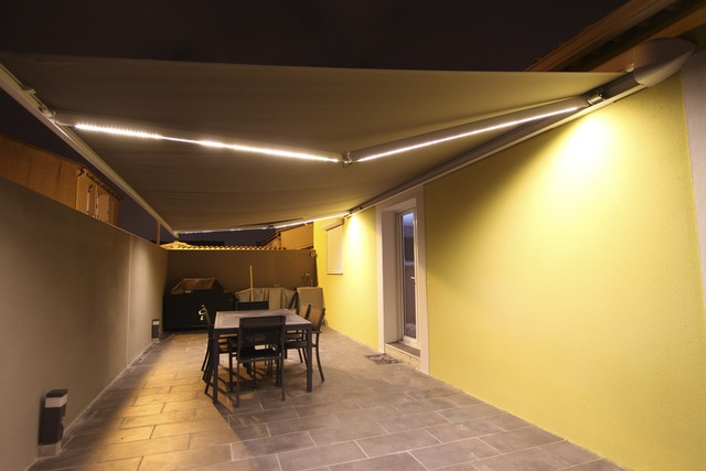 Photo d 39 installation clairage lumi re led sur un - Store banne avec led ...