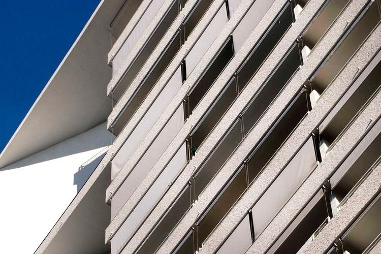 store banne ou store vertical droit pour un balcon d 39 appartement. Black Bedroom Furniture Sets. Home Design Ideas